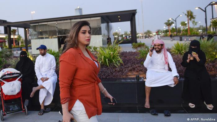 Saudi-Arabien Frauen meiden Abaya-Robe mit Vollverschleierung (AFP/F. Nureldine)