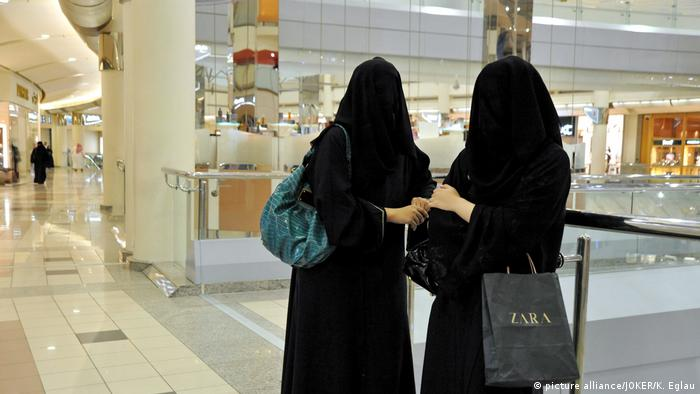 Mulheres com burka em shopping em Riad