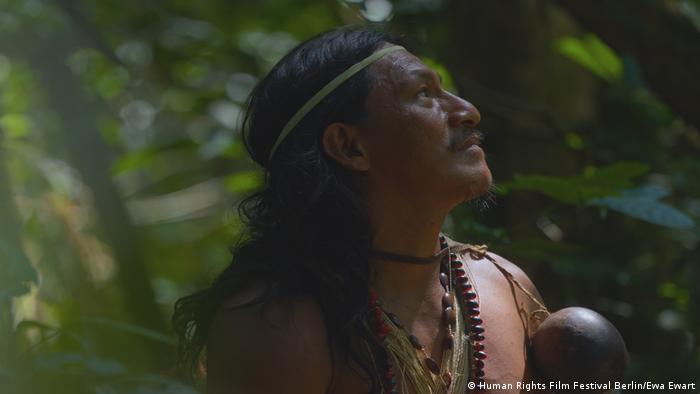 "Indígena mira al cieno, documental ""The Curse of Abundance""."