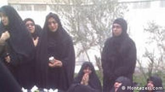 اعضای خانواده در کنار جسد آیتالله منتظری، روز یکشنبه ۲۹ آذرماه ۱۳۸۸