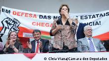 "Titel: Dilma Rousseff Beschreibung: Nach drei Jahren der Amtsenthebung war die ehemalige brasilianische Präsidentin Dilma Rousseff zum ersten Mal im Kongress. Sie nahm am Start der ""Frente Parlamentar Mista em Defesa da Soberania Nacional"". Depois de três anos do impeachment, a ex-presidente Dilma Rousseff voltou pela primeira vez ao Congresso para o lançamento da ""Frente Parlamentar Mista em Defesa da Soberania Nacional"", que tem entre as principais bandeiras a luta contra as privatizações de estatais Schlüsselwörter: Dilma Rousseff, Lula, Brasilien Datum: 04/09/2019 Copyright: Cleia Viana/Câmara dos Deputados"