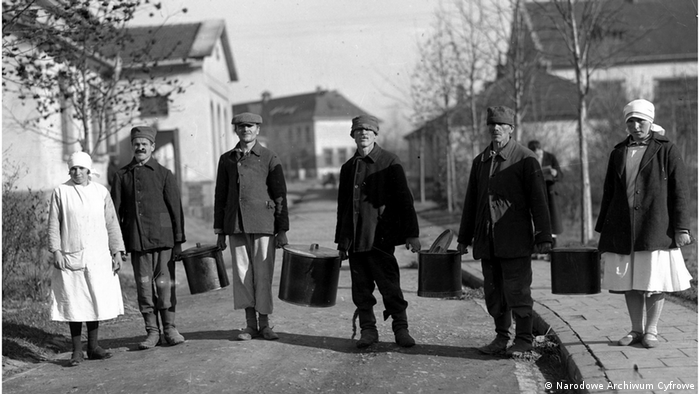 """Jesienią 1940 roku, gdy stanowisko dyrektora obejmuje Niemiec Alex Kroll, w szpitalu zaczyna panować głód. Tak zaczyna się pierwszy etap likwidacji placówki. Zgodnie z polityką III Rzeszy ze społeczeństwa miały być eliminowane osoby, które są """"zbędnym ciężarem"""" dla państwa."""