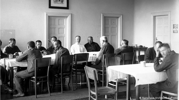 Pacjenci w jadalni podczas spożywania posiłku. Wśród chorych widoczny dyrektor szpitala doc. dr med. Juliusz Morawski (w fartuchu). Sierpień 1927