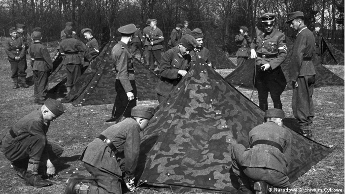 Po zlikwidowaniu szpitala do Kobierzyna przyjeżdżają na obóz chłopcy z Hitlerjugend. Pod nadzorem przełożonych rozbijają namioty wojskowe i odbywają ćwiczenia sportowe.