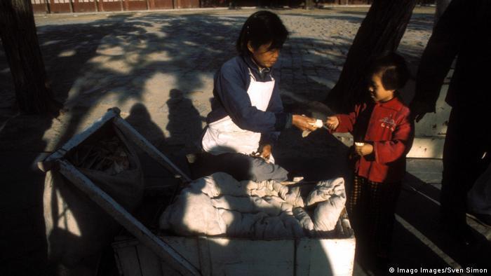 BG China | Der Wandel beginnt 07 | Imbiss in China 1978 (Imago Images/Sven Simon)