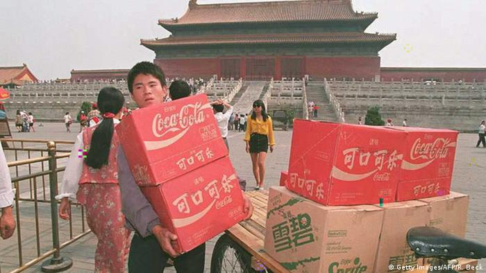 BG China | Das Jahrzent der Proteste 03 | Coca Cola in China (Getty Images/AFP/R. Beck)