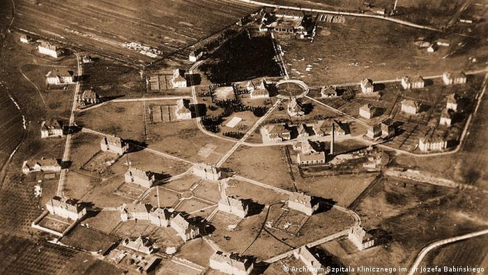 """Likwidacja następuje powoli. Od końca 1940 roku za dyrektora Krolla zmniejszane są racje żywieniowe. Codziennie umiera nawet 10 pacjentów. Kolejny etap to wywiezienie żydowskich chorych do """"Zofiówki"""" pod Otwockiem (zginęli w 1942 r.). Pozostali pacjenci trafiają 23 czerwca 1942 r. do Auschwitz. Obłożnie chorzy zostają i są mordowani w szpitalnych łóżkach. Tego dnia umiera 565 osób."""