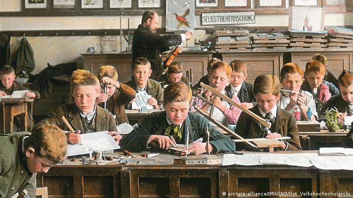 Schulklasse - Handkoloriertes Glasdiapositiv um 1905 (picture-alliance/IMAGNO/Öst. Volkshochschularchi)