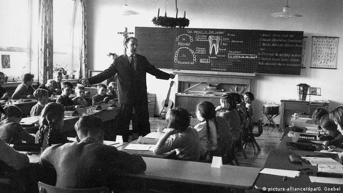 100 Jahre Grundschule | Volksschule in Bayern 1960 (picture-alliance/dpa/G. Goebel)