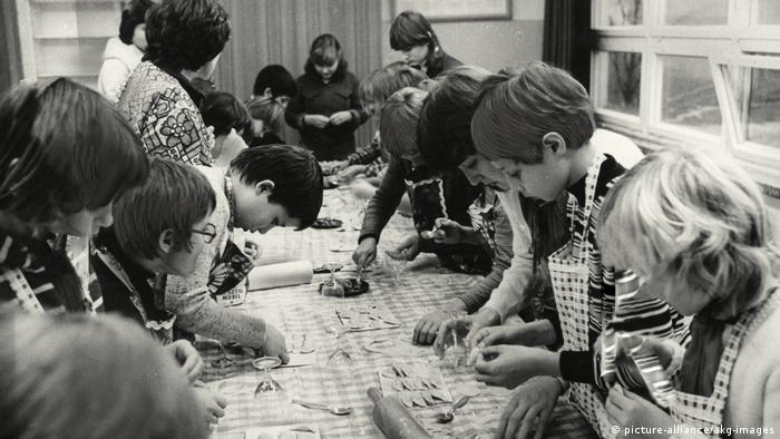100 Jahre Grundschule | Kinder in einem DDR-Schulhort / Foto 1980 (picture-alliance/akg-images)