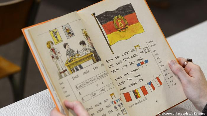 100 Jahre Grundschule | DDR-Museum Pirna - Fibel (picture-alliance/dpa/J. Kalaene)