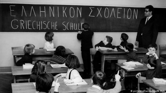 100 Jahre Grundschule | Sprachförderung für griechische Kinder (picture-alliance/dpa/W. Hub)