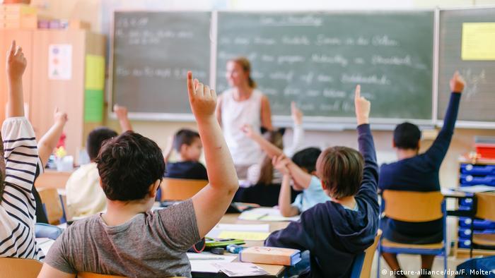 100 Jahre Grundschule | Viertklässler einer Grundschule (picture-alliance/dpa/F. Molter)