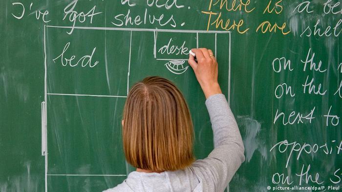 100 Jahre Grundschule | Lehrerin einer Grundschule (picture-alliance/dpa/P. Pleul)