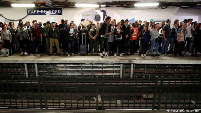 Frankreich Transportstreik in Paris | Passagiere am Gare du Nord (Reuters/C. Hartmann)