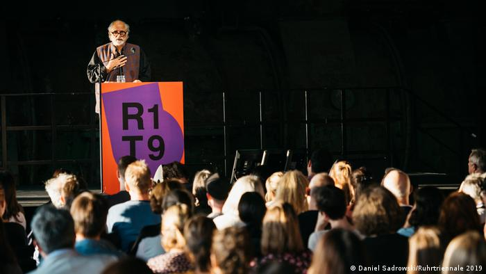Homi K. Bhabha at the lecturn of the Ruhrtriennale 2019 (Daniel Sadrowski/Ruhrtriennale 2019)