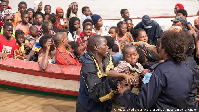 Foto de arquivo (março de 2019): Sobreviventes do ciclone Idai chegam a um centro de acolhimento na Beira.