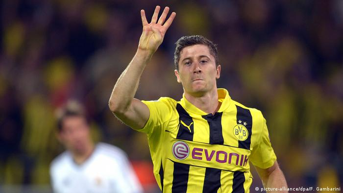 Dortmund's Robert Lewandowski shows how many goals he scored againast Real Madrid in a memorable home semifinal against Real Madrid ni the 2012/13 season. BVB won 4-1 and secured a spot in the final despite a 2-0 loss in Spain. The final ended in defeat to Bayern, but Lewandowski's semifinal performance was one for the ages.