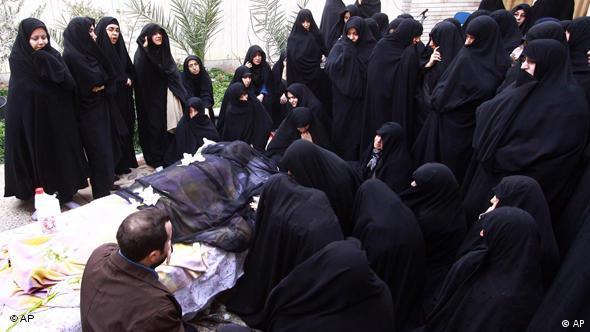 Trauernde Menschen neben Leichnam des verstorbenen Großayatollahs Hossein Ali Montaseri (Foto: AP)