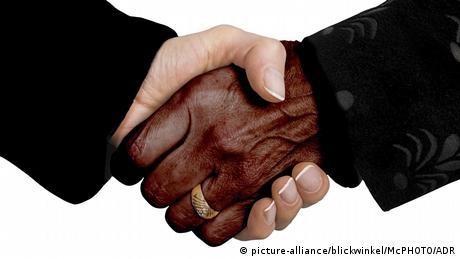 Symbolbild Überwindung von Rassendenken (picture-alliance/blickwinkel/McPHOTO/ADR)