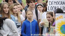 13.09.2019, USA, Washington: Die schwedische Umweltaktivistin Greta Thunberg (M) nimmt einem Schulstreik für mehr Klimaschutz vor Weißem Haus teil. Sie ist seit Ende August in den USA und nimmt etwa am UN-Jugend-Klimagipfel in New York teil. Foto: Lena Klimkeit/dpa   Verwendung weltweit