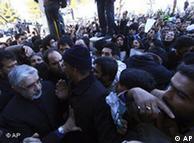 حضور میرحسین موسوی (چپ) در مراسم خاکسپاری آیتالله منتظری