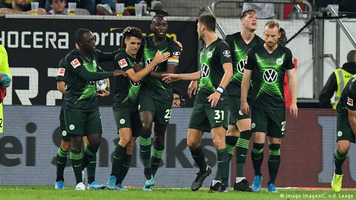 Wolfsburg players celebrate their equalizer against Fortuna in Düsseldorf; September 13, 2019. (Imago Images/C. v.d. Laage)