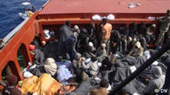 Flüchtlinge bei Lampedusa auch einem Boot (Foto: Karl Hoffmann/DW)