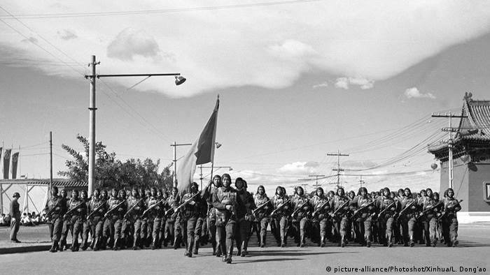 Bildergalerie China Militärparade zum Nationalfeiertag 1951 (picture-alliance/Photoshot/Xinhua/L. Dong'ao)