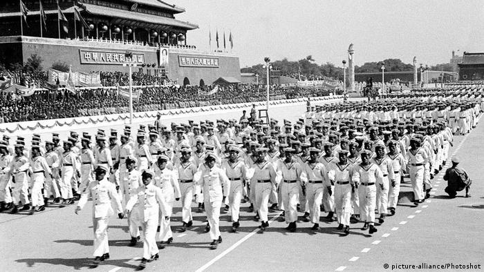 Bildergalerie China Militärparade zum Nationalfeiertag 1950 (picture-alliance/Photoshot)
