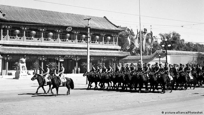 Bildergalerie China Militärparade zum Nationalfeiertag 1952 (picture-alliance/Photoshot)