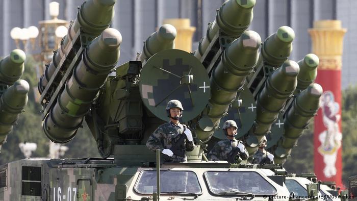 Bildergalerie China Militärparade zum Nationalfeiertag 2009 (picture-alliance/dpa/EPA/O. Weiken)