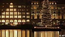 Hell strahlt die Weihnachtstanne auf der Binnenalster vor dem Alsterhaus am Montag, 14. Dezember 2009, in Hamburg. (AP Photo/Fabian Bimmer) --- A chrismas tree is pictured on the innerlake Alster in downtown Hamburg, Germany, on Monday, Dec. 14, 2009. (AP Photo/Fabian Bimmer)