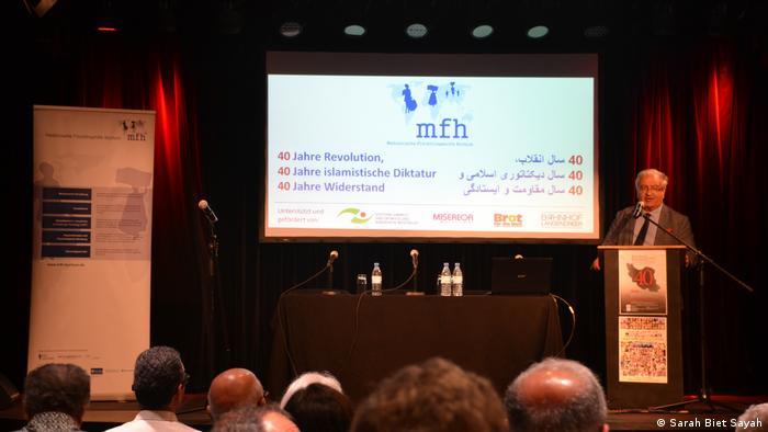 دکتر جلال ایجادی در حال سخنرانی در کنفرانس بوخوم