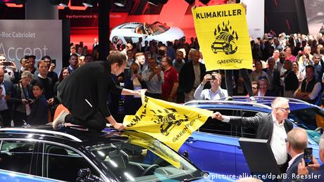Greenpeace activists disrupt IAA motor show on Friday (picture-alliance/dpa/B. Roessler)