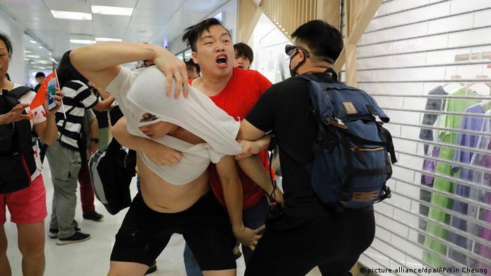Hongkong Proteste verhindert - Rangeleien mit Pro-Peking-Kräften (picture-alliance/dpa/AP/Kin Cheung)