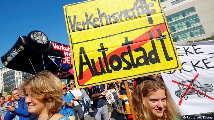 Protesters at IAA auto show in Frankfurt (Reuters/W. Rattay)