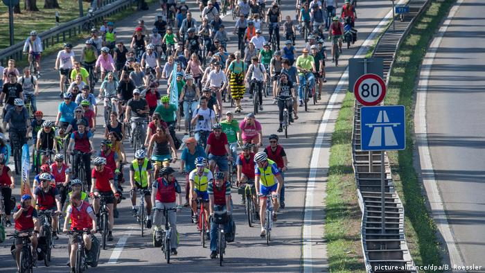 Over ten thousand cyclists ride to the environmental demonstration outside the IAA motor show (picture-alliance/dpa/B. Roessler)