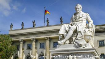 Alexander von Humboldt în faţa Universităţii Humboldt din Berlin