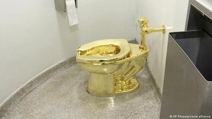 Privada dourada dentro de um banheiro