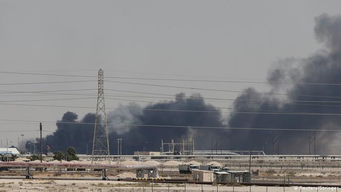 Fogo na refinaria da petrolífera estatal saudita Aramco em Abkaik em 14 de setembro