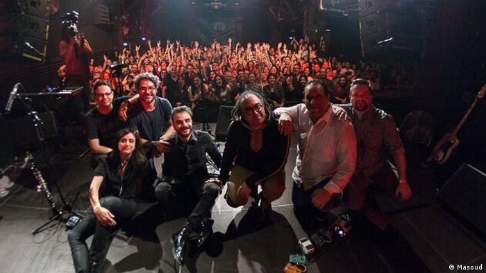 علی عظیمی، خواننده ایرانی، و گروه او شامگاه جمعه ۱۳ سپتامبر در سالن کنسرت یام در برلین روی صحنه رفتند.