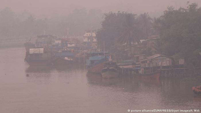 Haze Condition in Pekanbaru, Indonesia (picture-alliance/ZUMAPRESS/Sijori Images/A. Widi)