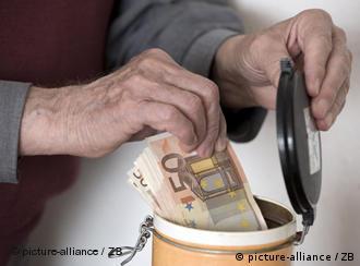 Деньги прячутся в банку из-под кофе