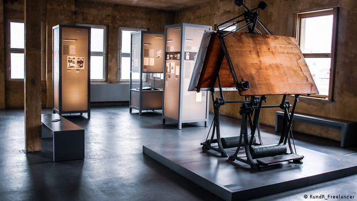 Stoły kreślarskie, na których projektowano krematoria. Z okna było widać KL Buchenwald