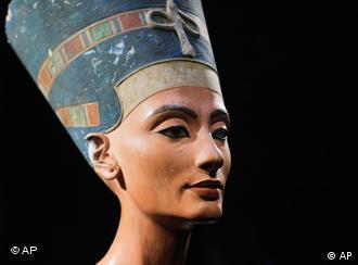 تندیس نفرتیتی، همسر فرعون مصری، آخناتون که بهویژه به خاطر زیبائیش از همهسو ستوده میشد