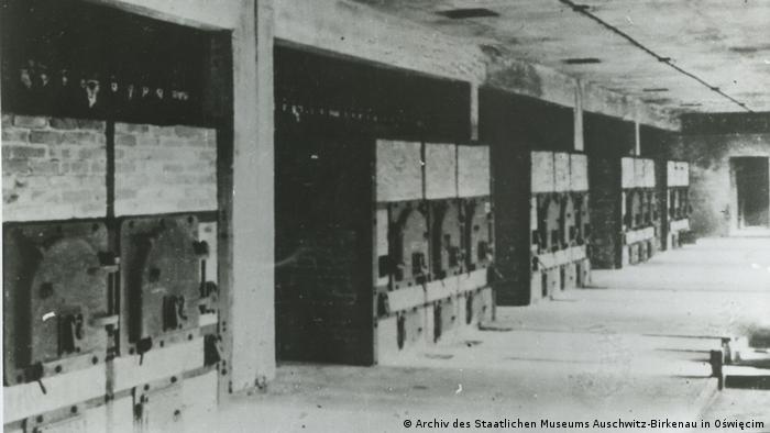 Widok wnętrza hali pieców w krematorium nr II, fotografia wykonana przez SS w 1943 r.
