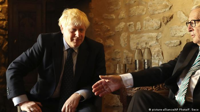 EU-Kommissionspräsident Jean-Claude Juncker und der britisches Premierminister Boris Johnson in einem Luxemburger Restaurant (Foto: picture-alliance/AP Photo/F. Seco)