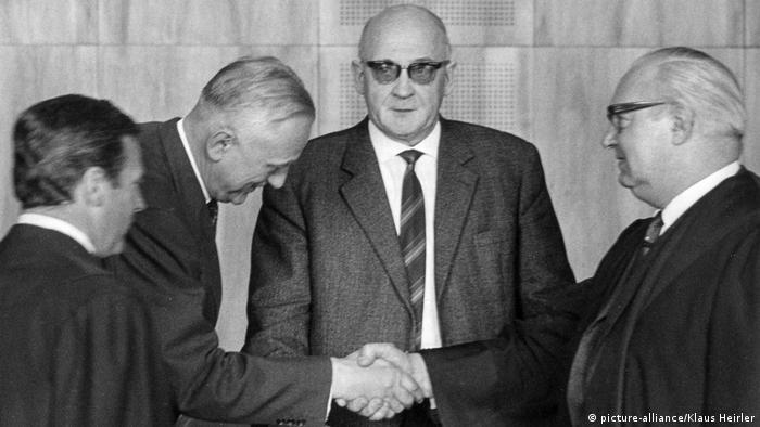 Oskarżony Horst Eichler ściska rękę obrońcy. Eichler, tak jak Lölgen (w środku) został uniewinniony. Monachium 1 kwietnia 1966
