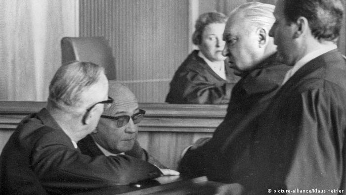 Oskarżony Jakob Lölgen (drugi od lewej) podczas procesu. Monachium 1 kwietnia 1966